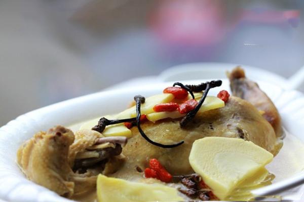 Tác dụng chữa bệnh của canh gà đông trùng hạ thảo nấu măng tươi